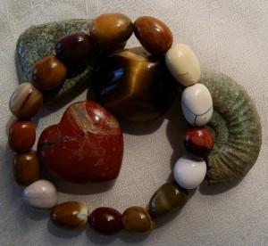 Edelstein-Gruppe: Mookait-Armband, Silberauge, Tigerauge, Fossil, Jaspisherz